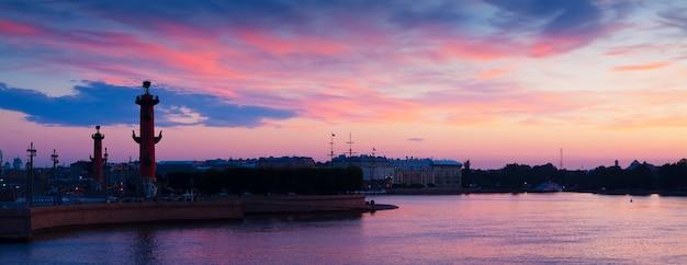 Spit de l'île vassilievski dans l'aube d'été Photo gratuit