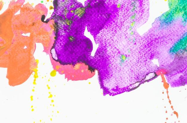 Splash d'aquarelle colorée sur fond blanc Photo gratuit