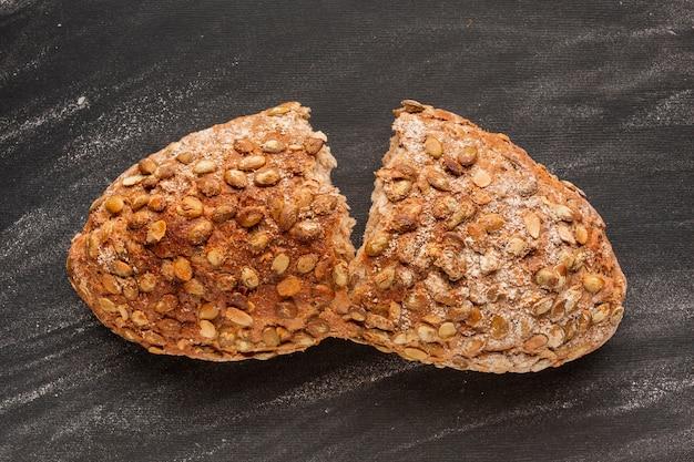 Split pain cuit au four avec des graines Photo gratuit
