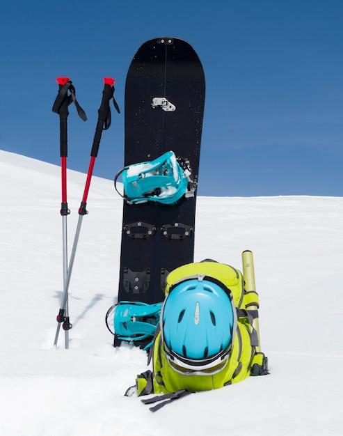 Splitboard, Bâtons De Randonnée Et Sac à Dos Sur Fond De Neige Et De Ciel Bleu. Matériel De Ski De Randonnée Photo Premium