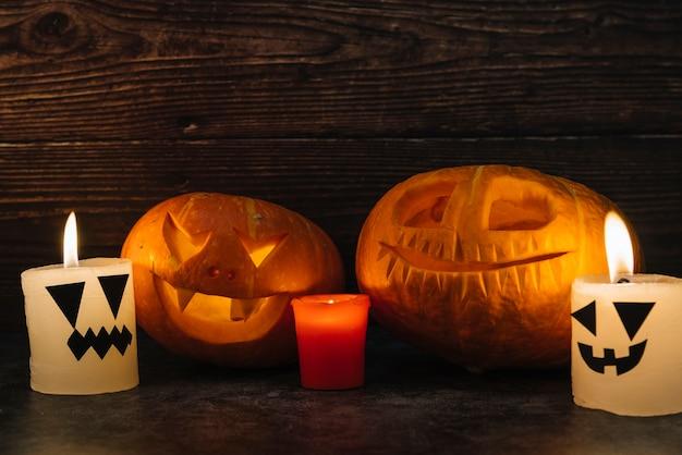 Spooky halloween sculpté citrouilles et bougies Photo gratuit