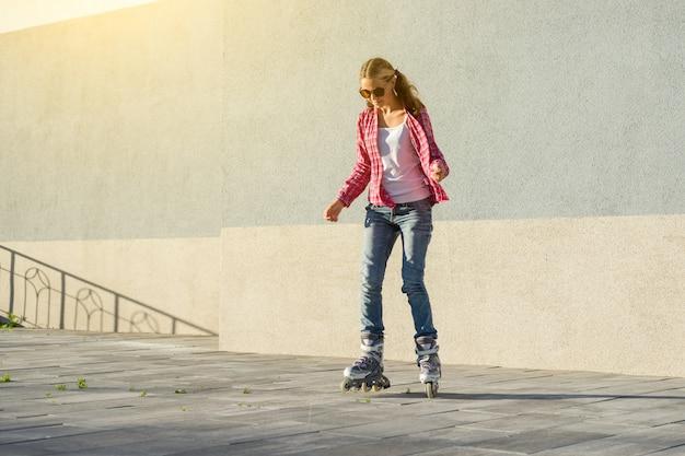 Sport actif chez les adolescentes en patins à roulettes Photo Premium