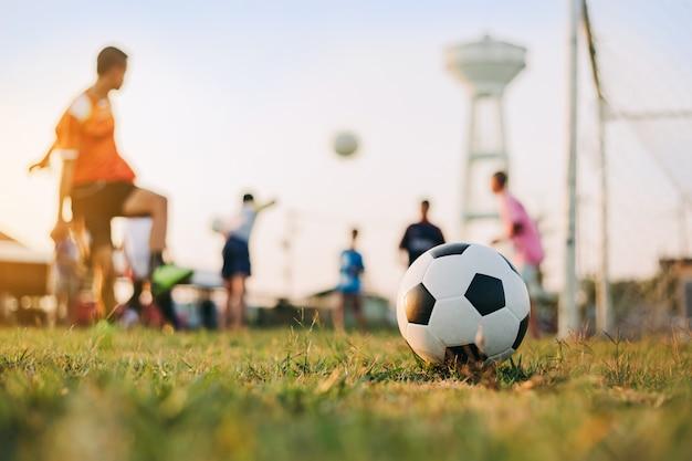 Sport D'action à L'extérieur De La Diversité Des Enfants Jouant Au Football Soccer Pour L'exercice Photo Premium