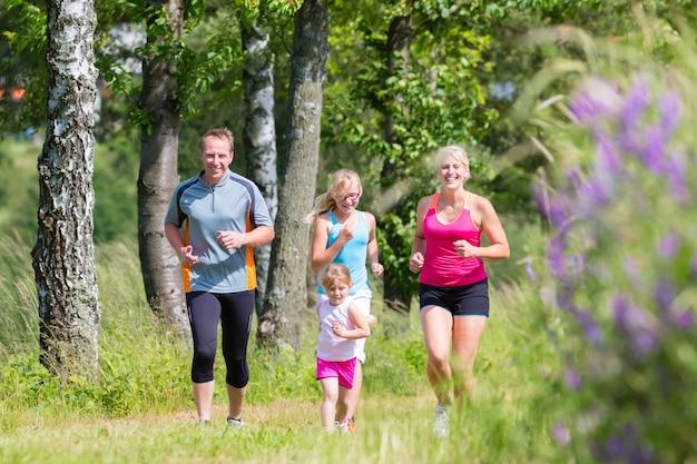 Sport familial jogging à travers le champ Photo Premium