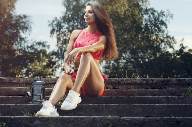 Sport De Plein Air Belle Forte Sexy Athlétique Musculaire Jeune Femme De Remise En Forme Caucasienne Avec Bouteille D'eau Potable à L'entraînement D'entraînement Dans La Salle De Gym Sur Le Régime Photo Premium