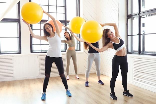 Sport En Salle, Fitness Dans Le Gymnase, Fitness Dans Le Gymnase Photo gratuit