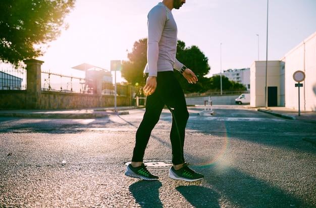 Sportif de la culture marchant sur la rue Photo gratuit