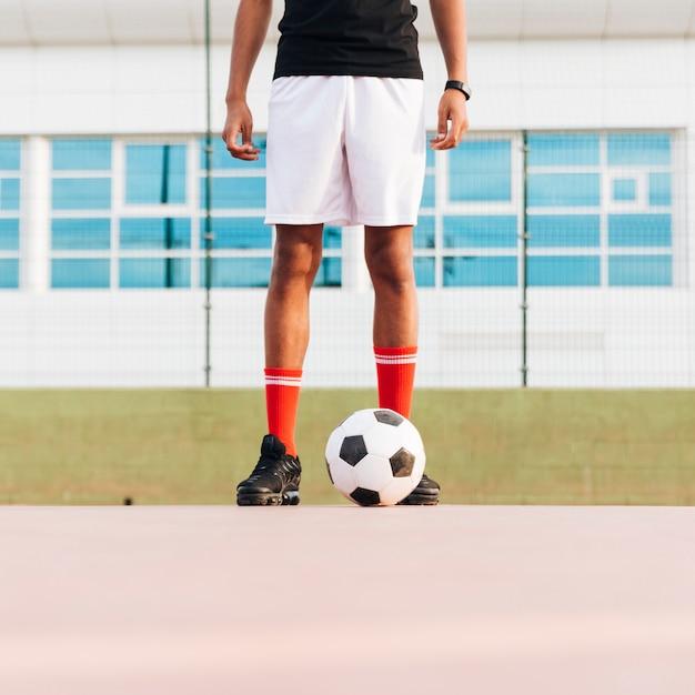 Sportif Debout Avec Le Football Et Se Préparant Pour Le Match Au Stade Photo gratuit
