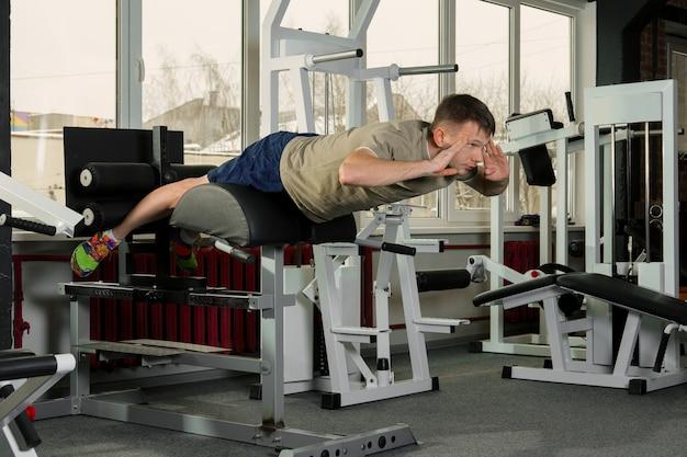 Sportif faisant des redressements assis dans la salle de sport Photo Premium