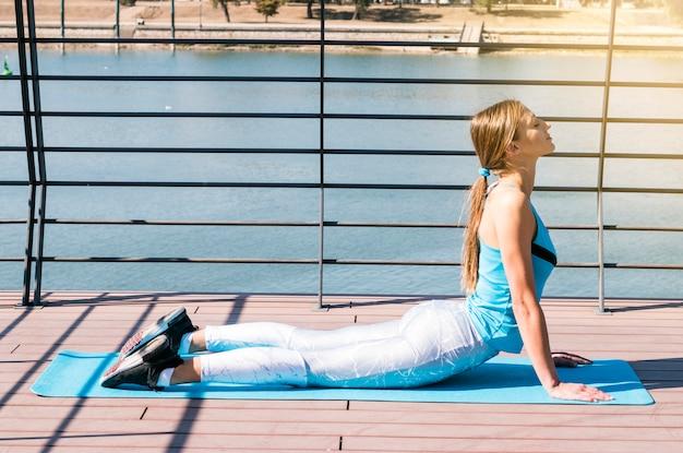 Sportive belle jeune femme pratiquant le yoga à l extérieur ... 440ef48ab34