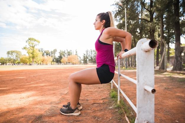Sportive femme travaillant sur la piste du stade Photo gratuit