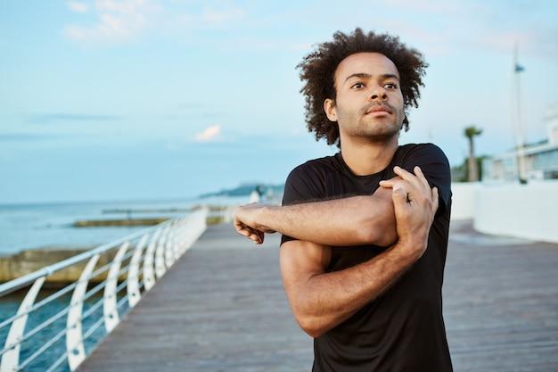 Sports, Fitness Et Mode De Vie Sain. Fit Jeune Homme Afro-américain En Train De S'échauffer Avant De Courir Sur La Promenade Le Matin. Photo gratuit