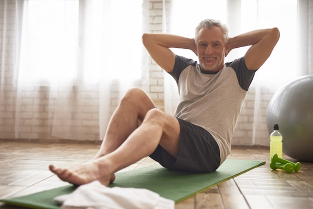Sportsman Senior Presse Des Exercices De Santé. Photo Premium