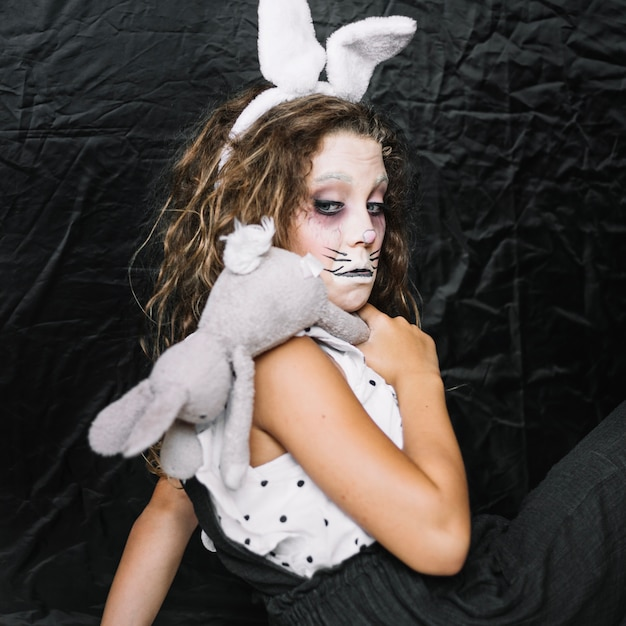 Sppoky Girl With Rabbit Making Funny Face Photo gratuit