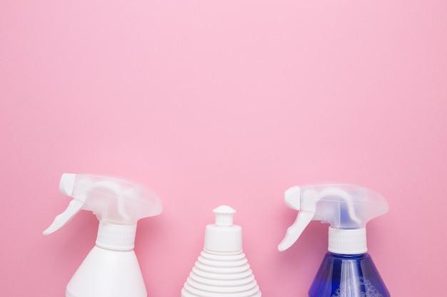 Sprays Pour Le Nettoyage Sur Un Gros Plan De Fond Rose. Photo Premium