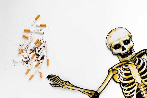 Squelette vue de dessus avec des cigarettes Photo gratuit