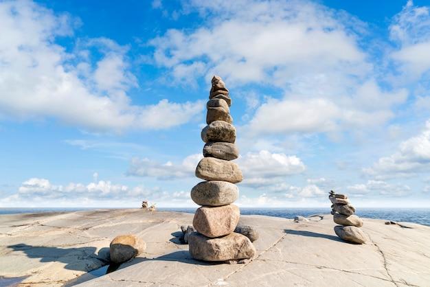 Stacked rocks équilibrant, empilant avec précision. tour de pierre sur le rivage. espace de copie. Photo Premium