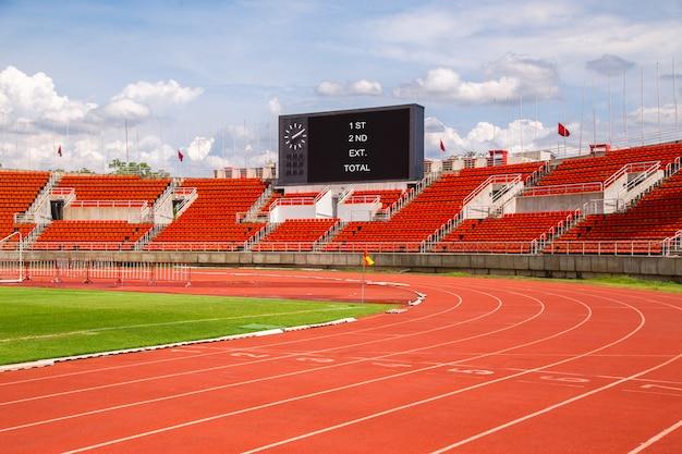 Stade d'athlétisme piste de jogging lignes rouges. voie de départ. 1,2,3,4,5,6,7. Photo Premium