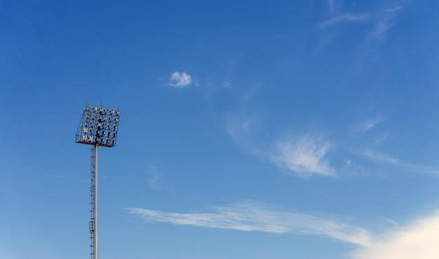 Stade lumière sur fond de ciel bleu., avec espace de copie pour le texte. Photo Premium