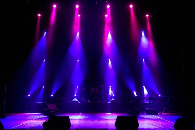 Stade vide. lumières multicolores, spectacle de lumières au concert. Photo Premium