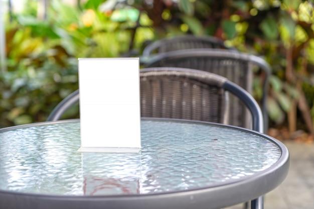 Stand maquette carte de tente de cadre de menu flou conception de conception d'arrière-plan clé Photo Premium