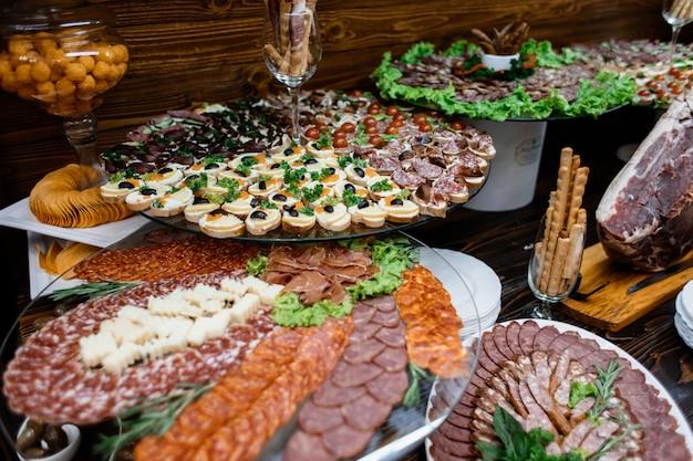 Stands En Couches Avec Une Variété De Viande Tranchée Photo gratuit
