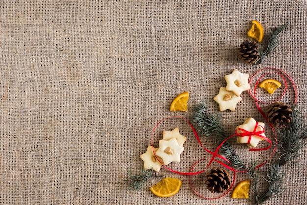 Star cookies avec des branches et orange Photo gratuit