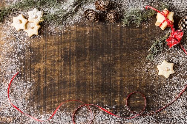 Star cookies avec des branches de sapin Photo gratuit