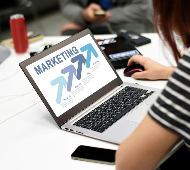Startup business people travaillant sur un espace de copie pour ordinateur portable Photo gratuit