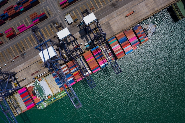 Station de chargement et de déchargement au port de mer, vue aérienne de la mer Photo Premium