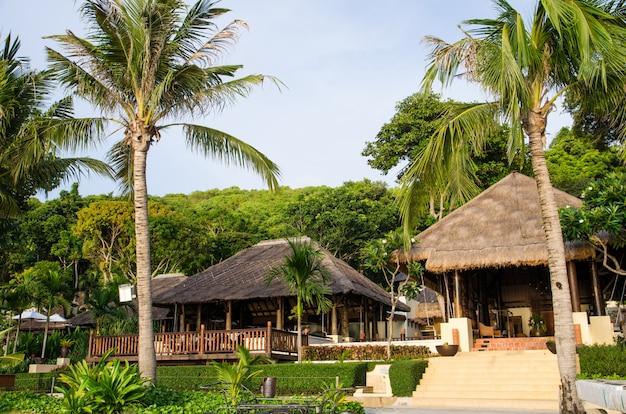 Station de foin sur la plage Photo Premium