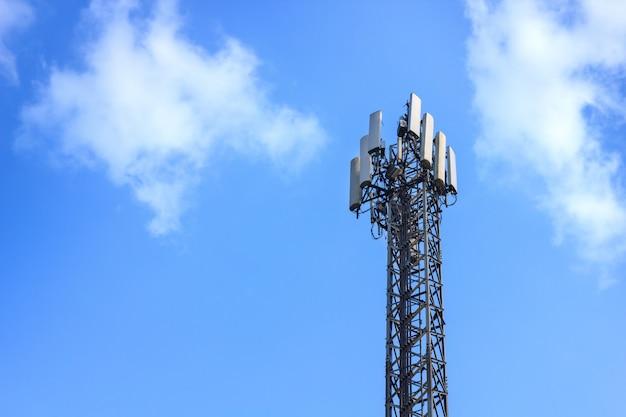 Stations relais ou tour de télécommunication dans le ciel bleu Photo Premium