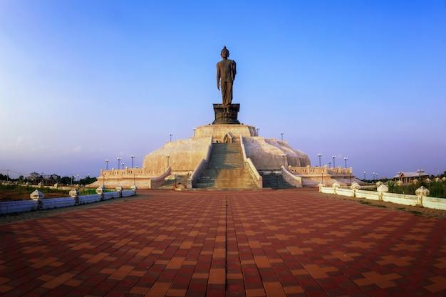 Statue de bouddha avec coucher de soleil, ton sombre bethesda et coucher de soleil Photo Premium