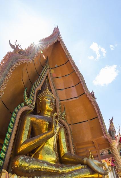 Statue de bouddha du temple thaïlandais, wat thum sua, province de kanchanaburi, thaïlande Photo Premium