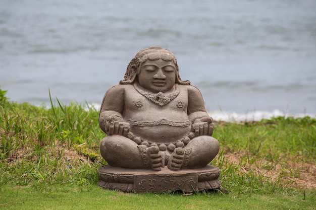 Statue De Bouddha En Méditation Sur Une Plage Tropicale à Bali, Indonésie Photo Premium