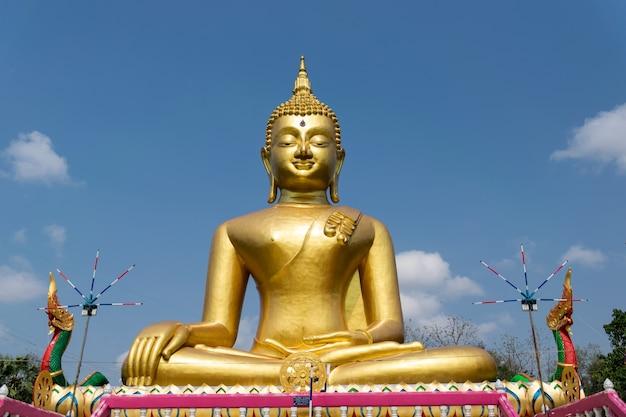 Statue De Bouddha D'or Dans Le Temple De La Thaïlande. Photo Premium