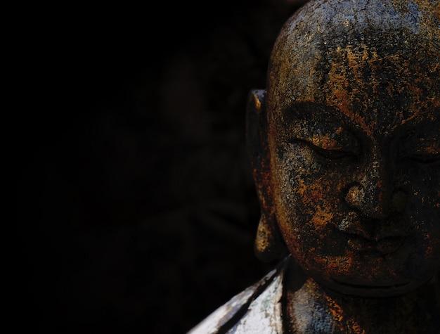 Statue De Bouddha Rock Avec Fond Noir Photo Premium