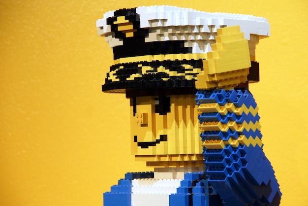 Statue d'un capitaine lego en legoland Photo Premium