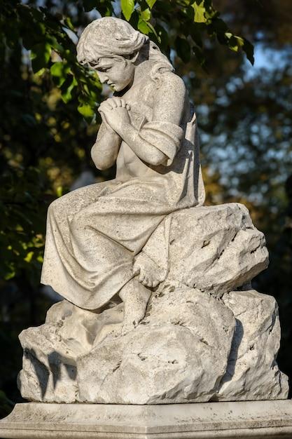 Statue de cimetière en pierre ou sculpture Photo Premium