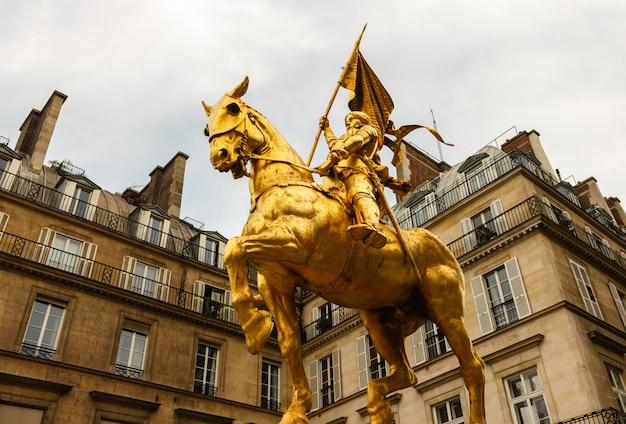 La Statue Dorée De Sainte Jeanne D'arc Photo Premium
