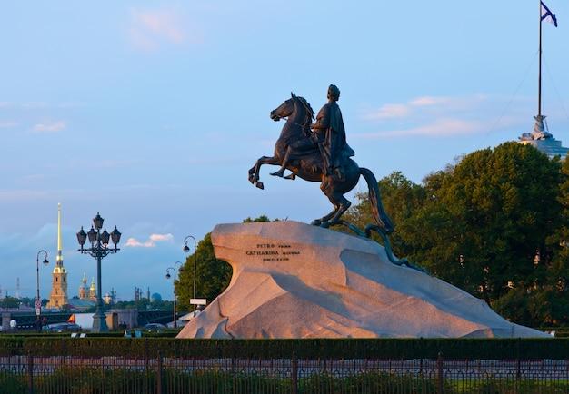 Statue équestre de pierre le grand Photo gratuit