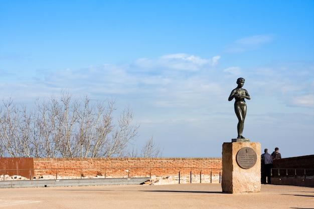 Statue de femme nue au château de montjuic à barcelone Photo Premium