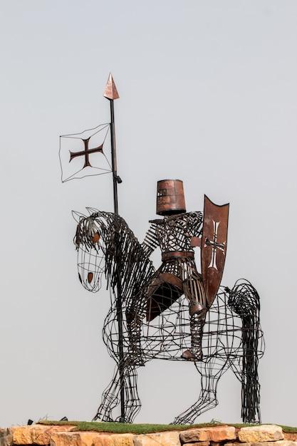 Statue en fer d'un chevalier médiéval Photo Premium