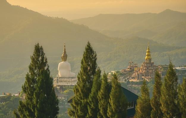 Statue De Grand Bouddha Blanc Au Lever Du Soleil à Wat Prathat Phasornkaew, Khao Kho, Phetchabun, Thaïlande. Photo Premium