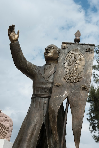 Statue D'un Homme Tenant Une Bannière, Sanctuaire D'atotonilco, San Miguel De Allende, Guanajuato, Mexique Photo Premium
