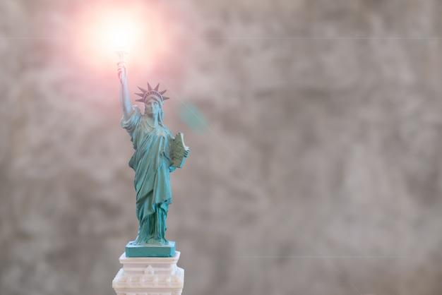 Statue de la liberté avec effet len flare sur le flambeau dans la main droite Photo Premium
