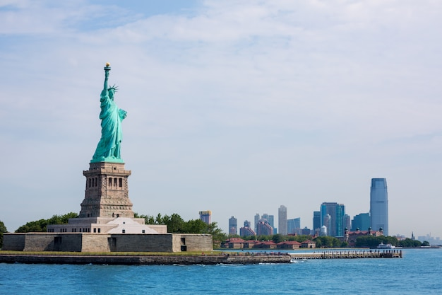 Statue De La Liberté New York Et Manhattan Usa Photo Premium