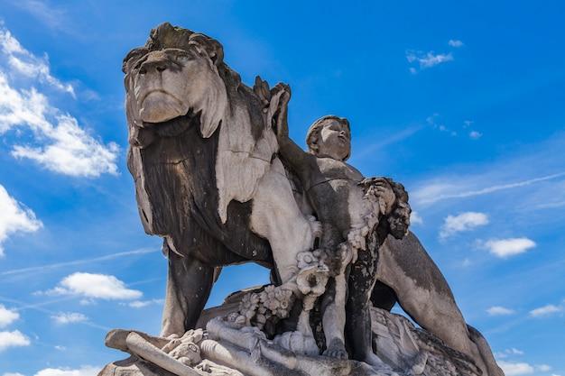 Statue lion à l'enfant au pont alexandre iii à paris Photo Premium