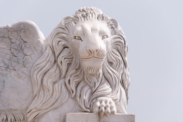Statue de lion de venise ailée sur la promenade de foinikoudes. monument au lion souriant, larnaca. chypre Photo Premium