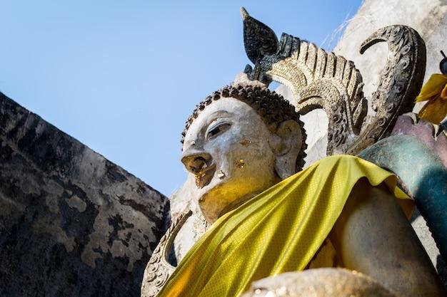 Statue de moine à kanchanaburi, thaïlande Photo Premium